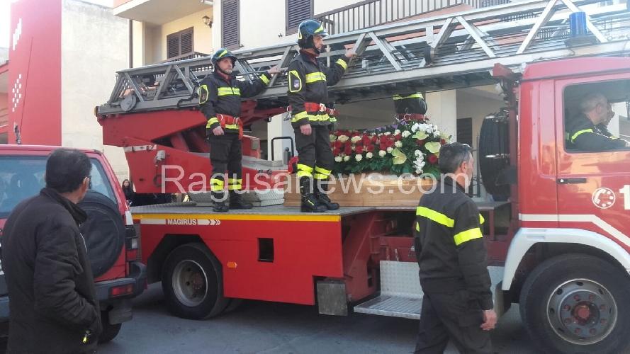 http://www.ragusanews.com//immagini_articoli/27-01-2016/la-salma-di-giorgio-saillant-sull-autoscala-dei-vigili-del-fuoco-500.jpg
