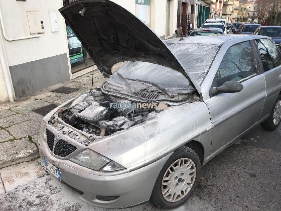 http://www.ragusanews.com//immagini_articoli/27-01-2017/auto-fuoco-incendio-spento-automobilista-passaggio-420.jpg