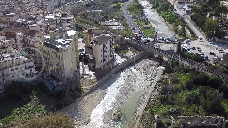 http://www.ragusanews.com//immagini_articoli/27-01-2017/fiumara-prima-dopo-alluvione-420.jpg