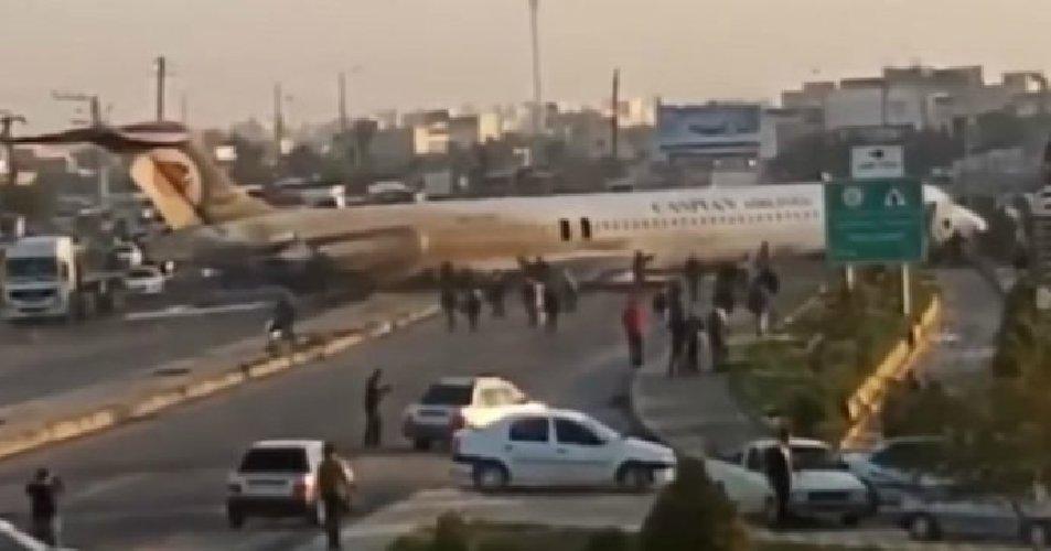 https://www.ragusanews.com//immagini_articoli/27-01-2020/aereo-atterra-in-strada-nessun-ferito-video-500.jpg