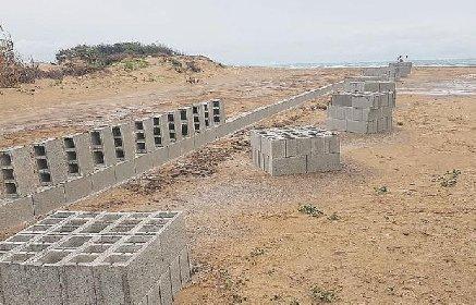 https://www.ragusanews.com//immagini_articoli/27-01-2021/muro-cemento-carratois-abusivismo-spiaggia-caraibica-280.jpg
