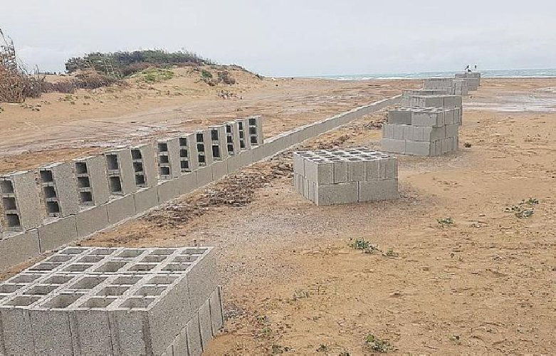 https://www.ragusanews.com//immagini_articoli/27-01-2021/muro-cemento-carratois-abusivismo-spiaggia-caraibica-500.jpg