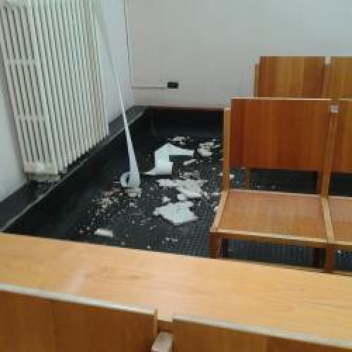 http://www.ragusanews.com//immagini_articoli/27-02-2015/nuovo-distacco-di-calcinacci-al-tribunale-di-ragusa-500.jpg
