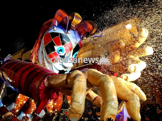 http://www.ragusanews.com//immagini_articoli/27-02-2017/carnevale-chiaramonte-sfida-carri-iniziata-stasera-sagra-420.jpg