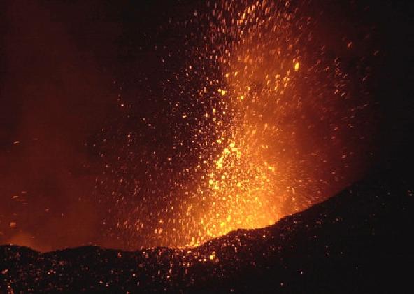 http://www.ragusanews.com//immagini_articoli/27-02-2017/etna-eruzione-video-420.jpg