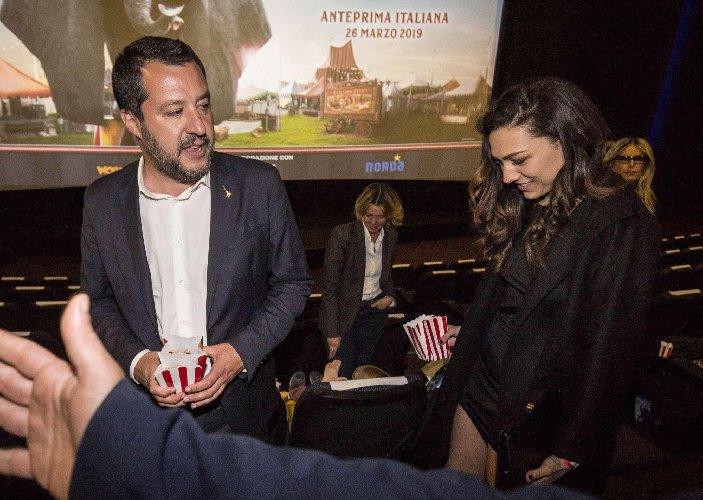 https://www.ragusanews.com//immagini_articoli/27-03-2019/1553676457-ecco-la-prima-foto-di-salvini-con-la-fidanzata-francesca-verdini-1-500.jpg