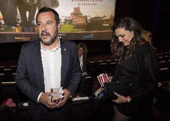 https://www.ragusanews.com//immagini_articoli/27-03-2019/1553677505-ecco-la-prima-foto-di-salvini-con-la-fidanzata-francesca-verdini-1-240.jpg