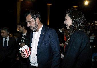 https://www.ragusanews.com//immagini_articoli/27-03-2019/1553677505-ecco-la-prima-foto-di-salvini-con-la-fidanzata-francesca-verdini-2-240.jpg