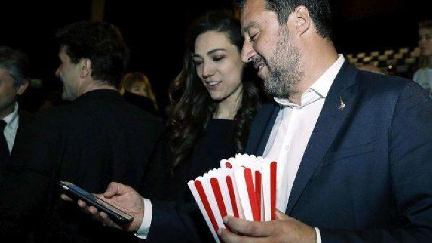 https://www.ragusanews.com//immagini_articoli/27-03-2019/ecco-la-prima-foto-di-salvini-con-la-fidanzata-francesca-verdini-500.jpg