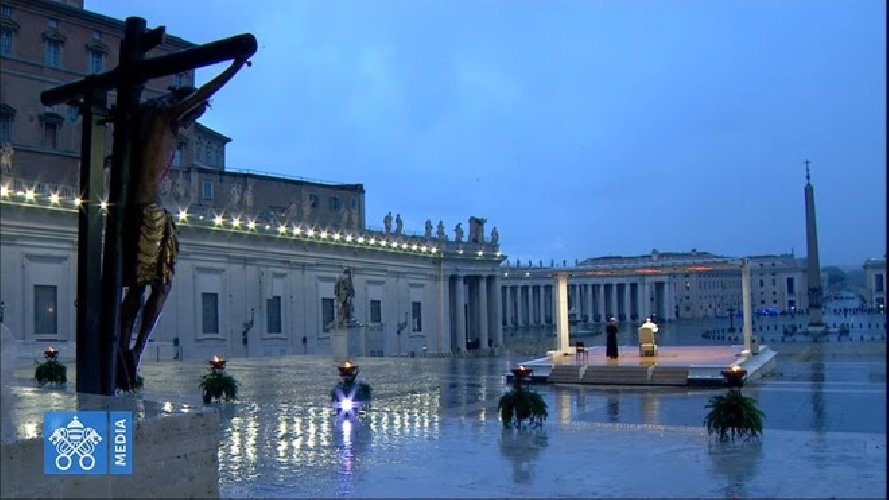 https://www.ragusanews.com//immagini_articoli/27-03-2020/1585330935-papa-francesco-solo-in-piazza-san-pietro-in-un-film-1-500.jpg