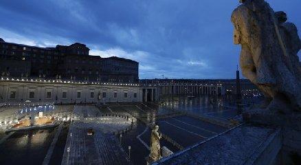 https://www.ragusanews.com//immagini_articoli/27-03-2020/1585332604-papa-francesco-solo-in-piazza-san-pietro-in-un-film-1-240.jpg