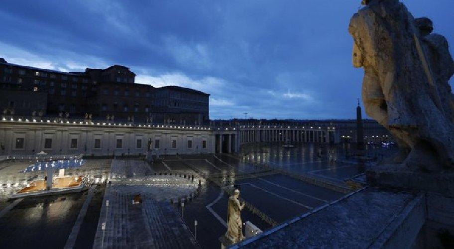 https://www.ragusanews.com//immagini_articoli/27-03-2020/1585332604-papa-francesco-solo-in-piazza-san-pietro-in-un-film-1-500.jpg