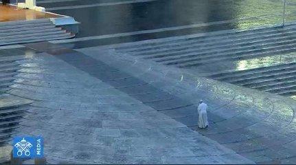https://www.ragusanews.com//immagini_articoli/27-03-2020/1585333681-papa-francesco-solo-in-piazza-san-pietro-in-un-film-1-240.jpg