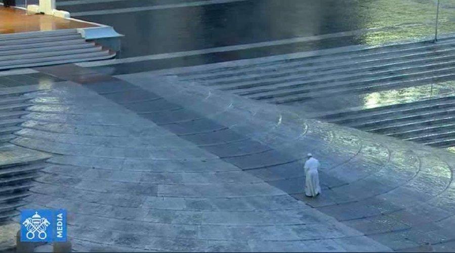 https://www.ragusanews.com//immagini_articoli/27-03-2020/1585333681-papa-francesco-solo-in-piazza-san-pietro-in-un-film-1-500.jpg