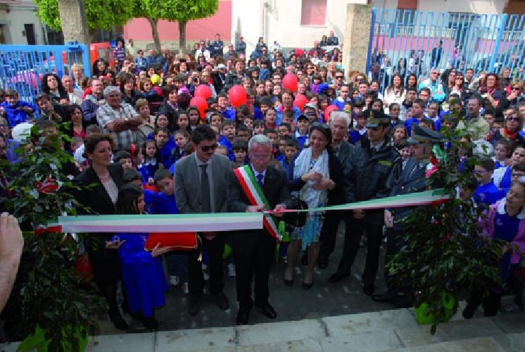 http://www.ragusanews.com//immagini_articoli/27-04-2013/pozzallo-inaugurata-la-scuola-rapisardi-500.jpg