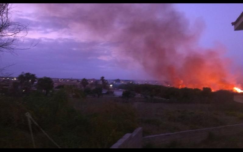 http://www.ragusanews.com//immagini_articoli/27-04-2015/pauroso-incendio-a-marina-di-modica-500.jpg