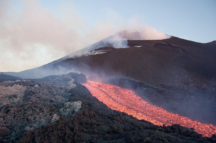 http://www.ragusanews.com//immagini_articoli/27-04-2017/etna-colate-cratere-500.jpg