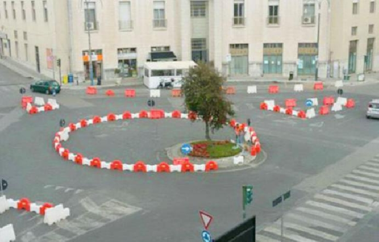 http://www.ragusanews.com//immagini_articoli/27-04-2017/maxi-rotatoria-piazza-liberta-piace-proprio-nessuno-500.jpg