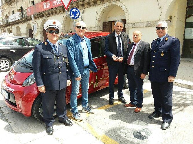 https://www.ragusanews.com//immagini_articoli/27-04-2018/consegnata-prima-auto-elettrica-polizia-locale-modica-500.jpg