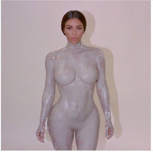 https://www.ragusanews.com//immagini_articoli/27-04-2018/corpo-nudo-kardashain-diventa-profumo-body-500.jpg