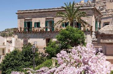 http://www.ragusanews.com//immagini_articoli/27-04-2018/modica-palazzo-castro-grimaldi-apre-porte-festa-giorgio-240.jpg