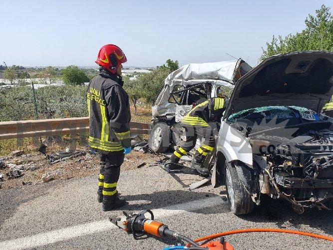 https://www.ragusanews.com//immagini_articoli/27-04-2021/1619538291-scontro-auto-furgone-4-morti-nel-ragusano-2-500.jpg