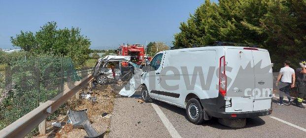 https://www.ragusanews.com//immagini_articoli/27-04-2021/1619538292-scontro-auto-furgone-4-morti-nel-ragusano-3-280.jpg