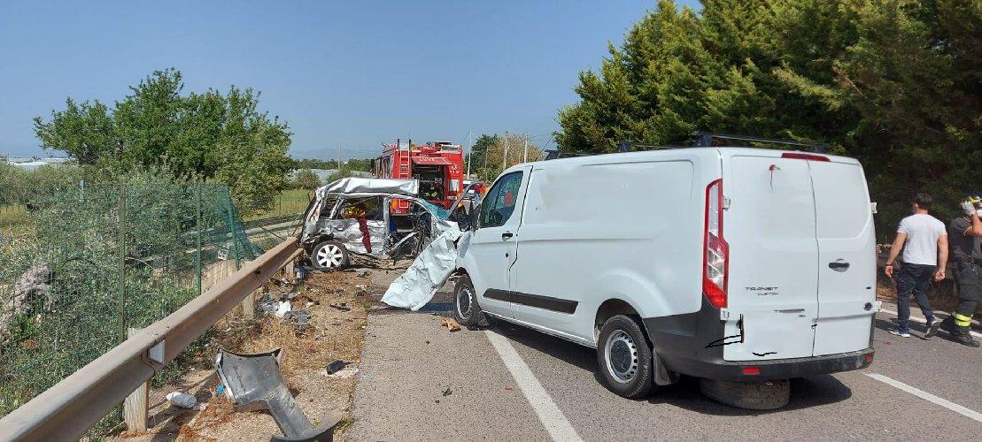 https://www.ragusanews.com//immagini_articoli/27-04-2021/1619538292-scontro-auto-furgone-4-morti-nel-ragusano-3-500.jpg