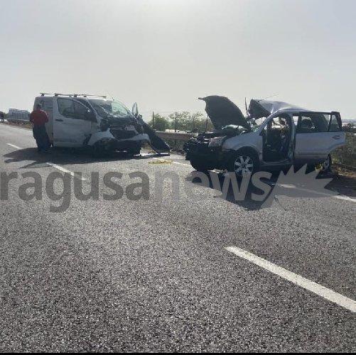 https://www.ragusanews.com//immagini_articoli/27-04-2021/scontro-auto-furgone-4-morti-nel-ragusano-500.jpg