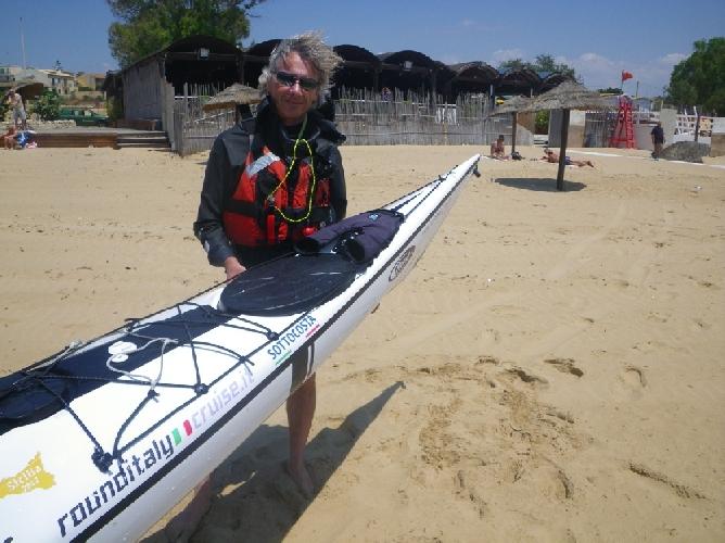 https://www.ragusanews.com//immagini_articoli/27-05-2012/tour-della-sicilia-in-canoa-guido-grugnola-approda-a-sampieri-500.jpg