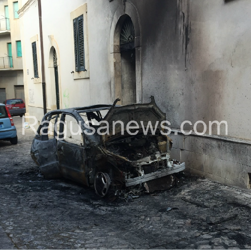 http://www.ragusanews.com//immagini_articoli/27-05-2015/incendiata-una-mercedes-in-centro-storico-500.png