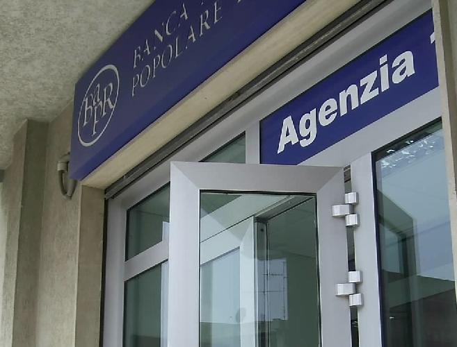 http://www.ragusanews.com//immagini_articoli/27-05-2016/rapinata-la-banca-agricola-di-giarratana-500.jpg