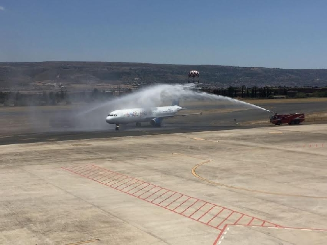 http://www.ragusanews.com//immagini_articoli/27-05-2017/comiso-atterrato-passeggeri-primo-volo-katowice-500.jpg
