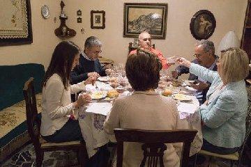 https://www.ragusanews.com//immagini_articoli/27-05-2019/1558953643-in-un-palazzo-liberty-di-vittoria-tornano-le-conviviali-vino-e-cibo-1-240.jpg
