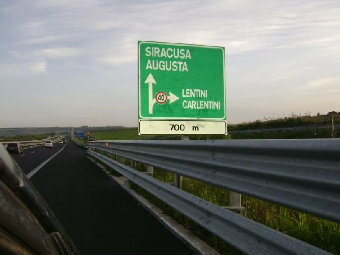http://www.ragusanews.com//immagini_articoli/27-06-2014/superstrada-ragusa-catania-ultimi-giorni-per-la-firma-500.jpg