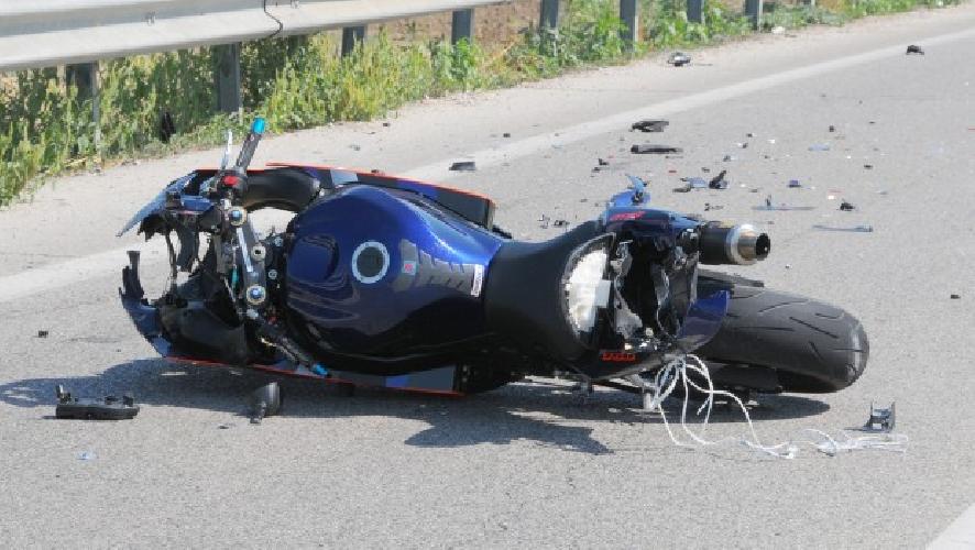 http://www.ragusanews.com//immagini_articoli/27-06-2015/scontro-vicino-al-porto-grave-motociclista-500.jpg