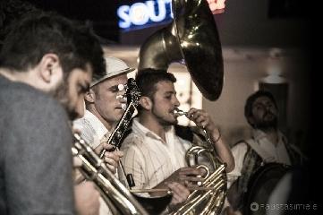 http://www.ragusanews.com//immagini_articoli/27-06-2017/tinto-brass-street-band-feste-archimedee-240.jpg