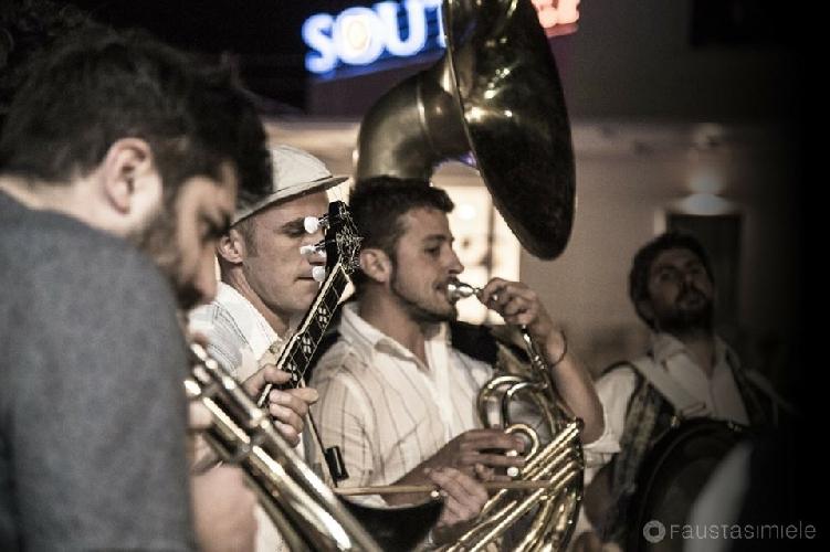 http://www.ragusanews.com//immagini_articoli/27-06-2017/tinto-brass-street-band-feste-archimedee-500.jpg