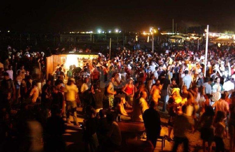 https://www.ragusanews.com//immagini_articoli/27-06-2019/marina-di-ragusa-la-musica-fino-3-di-notte-500.jpg