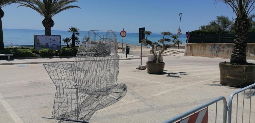 https://www.ragusanews.com//immagini_articoli/27-06-2020/a-marina-di-modica-c-e-un-pesce-di-plastica-500.jpg