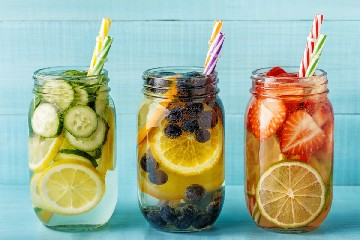 https://www.ragusanews.com//immagini_articoli/27-06-2020/le-migliori-ricette-di-acque-detox-e-per-drenarsi-e-depurarsi-240.jpg