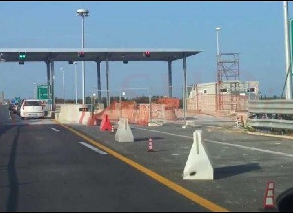 http://www.ragusanews.com//immagini_articoli/27-07-2016/autostrada-riapre-il-tratto-barriera-cassibile-420.jpg