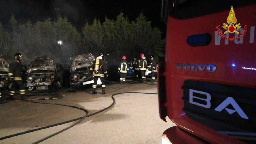 https://www.ragusanews.com//immagini_articoli/27-07-2018/incendio-ristorante-fuoco-undici-ford-500.jpg
