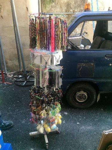 https://www.ragusanews.com//immagini_articoli/27-07-2018/modica-sequestrata-merce-sanzionato-venditore-ambulante-abusivo-500.jpg