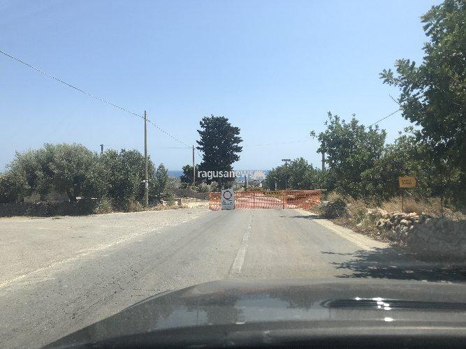 https://www.ragusanews.com//immagini_articoli/27-07-2018/sampieri-chiusa-strada-pericolosa-cunetta-ferroviaria-500.jpg