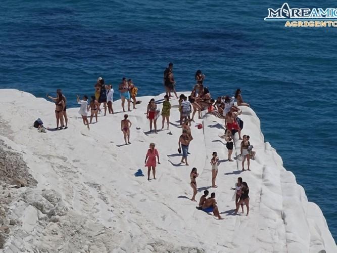 https://www.ragusanews.com//immagini_articoli/27-07-2020/scala-dei-turchi-sequestrata-31-turisti-denunciati-500.jpg