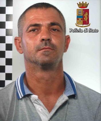 https://www.ragusanews.com//immagini_articoli/27-08-2016/contrabbandiere-romeno-arrestato-dalla-polizia-420.jpg