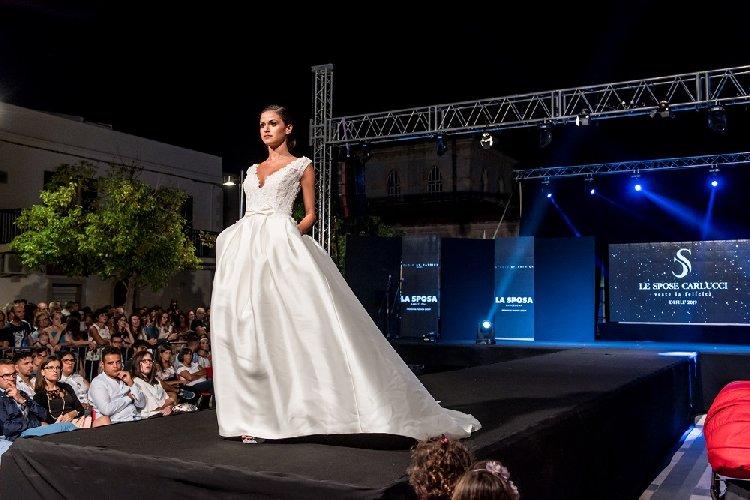https://www.ragusanews.com//immagini_articoli/27-08-2018/spose-carlucci-sfilano-marina-ragusa-500.jpg