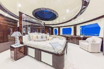https://www.ragusanews.com//immagini_articoli/27-08-2019/1566943280-yacht-e-arrivato-lo-spectre-soffrite-invidiosi-1-240.jpg