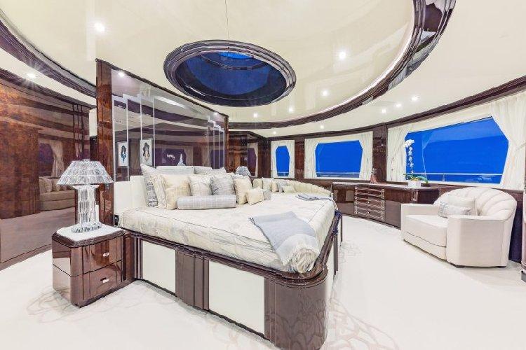 https://www.ragusanews.com//immagini_articoli/27-08-2019/1566943280-yacht-e-arrivato-lo-spectre-soffrite-invidiosi-1-500.jpg